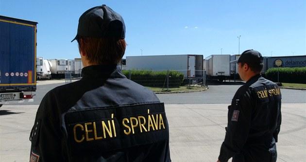 Celníci v areálu v Nupakách nedaleko Prahy zadr�eli v kamionu 250 krabic...
