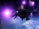 Bruce Dickinson, charizmatick� frontman kapely Iron Maiden, na koncert� vyskakoval s mikrofonem a v de�ti hecoval publikum: �vi pro mne, Praho! (29. �ervence 2013)