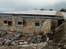 Vyhořelá Petrova bouda po rozebrání obvodového zdiva a pokrytí historicky cenných sklepů železobetonovou deskou. (červen 2013)