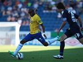 Teplický fotbalista Alves Freitas Santos Nivaldo odkopává míč před Janem Trousilem ze Slovácka.