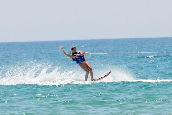 Monika Marešová na vodních lyžích.