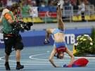 HOPLA. Jelena Isinbajevová slaví titul mistryně světa.