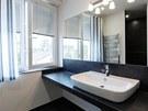 Díky tomu, že obklady kryjí jen část zdí, působí koupelna i s černými a antracitovými obkladačkami světlým a příjemným dojmem.