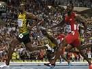 """Jamajský sprinter Usain Bolt (vlevo) se nazdržitelně řítí za titulem mistra světa, snaha Američana Justina Gatlina stačila """"jen"""" na stříbro."""