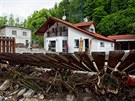 Z okolí domu ve Svobodě nad Úpou museli lidé odstraňovat až metr a půl kamení po červnové povodni.
