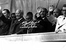 Tehdejší prezident Gustáv Husák (vlevo) a předseda vlády Lubomír Štrougal se v roce 1976 zúčastnili Národních dožínek na Zemi živitelce.