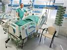 Vedoucí lékař iktového centra sokolovské nemocnice Aleš Novák ukazuje jedno z lůžek pro pacienty s mozkovou příhodou.