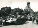 Kolona sov�tsk�ch voj�k�, kter� 25. srpna 1968 proj�d�la Prost�jovem a ve�er zah�jila st�elbu. V�sledkem byli t�i mrtv� a dev�t t�ce zran�n�ch.