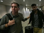 Glenn Greenwald (vlevo) a jeho partner David Miranda na leti�ti v Rio de Janeiro pot�, co Britov� dev�t hodin Mirandu zadr�ovali v r�mci protiteroristick�ho z�kona a zadr�eli jeho laptop, mobil a pam�ov� karty (19. srpna 2013)