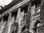 Poničená fasáda Národního muzea den po střelbě