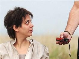 """Natáčení filmu """"8 hlav šílenství"""" v Kašticích na Podbořansku, Aneta Langerová hraje hlavní postavu, ruskou básnířku Annu Barkovou."""