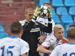 Brněnský brankář Václav Hladký zachraňuje před ostravským Michalem Frydrychem.