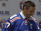 KAPIT�N. Rusk� �to�n�k Ilja Koval�uk byl p�edstaven jako kapit�n Petrohradu.