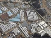 Pohled na areál Fukušimy s viditelným množstvím nádrží na radioaktivní vodu. A to je snímek už z roku 2013, od té doby vody v areálu přibývá.