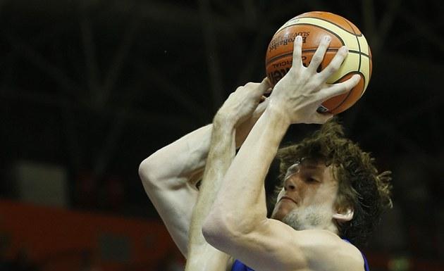 �eský basketbalista Jan Veselý p�i st�elb� v utkání s Chorvatskem.
