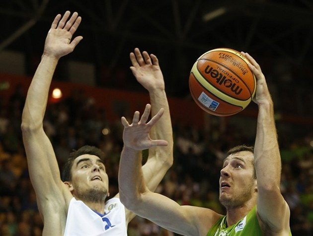 Goran Dragi� (vpravo) ze Slovinska zakon�uje kolem �eského basketbalisty Tomá�e...