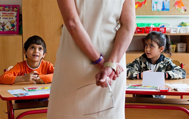 Ti nejmenší žáci ještě ke svým učitelkám povětšinou vzhlížejí. Takto vypadal...