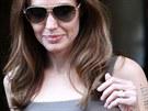Nebyl by to Brad Pitt, aby si pro Angelinu Jolie nep�ipravil n�co extra. Z�snubn� prsten, kter� od n�j loni dostala, pr� s�m navrhl a ve spolupr�ci s klenotn�kem Robertem Procopem t�m�� rok dola�oval ka�d� detail. Odhadovan� cena �perku je 19,5 milionu korun.