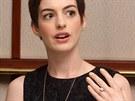 """Adam Shulman, manžel herečky Anne Hathaway, se kromě filmu věnuje i šperkařství. Proto není divu, že také on své partnerce věnoval """"zásnubák"""" vytvořený podle vlastního návrhu. Co říkají čísla? Diamant je osmikarátový a cena prstenu se pohybuje kolem tří milionů korun."""