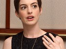 "Adam Shulman, man�el here�ky Anne Hathaway, se krom� filmu v�nuje i �perka�stv�. Proto nen� divu, �e tak� on sv� partnerce v�noval ""z�snub�k"" vytvo�en� podle vlastn�ho n�vrhu. Co ��kaj� ��sla? Diamant je osmikar�tov� a cena prstenu se pohybuje kolem t�� milion� korun."