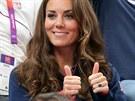 V roce 1981 dostala Lady Diana od prince Charlese z�snubn� prsten s osmn�ctikar�tov�m saf�rem obklopen�m diamanty za necel�ch 850 000 korun. Kdy� tent� �perk o 29 let pozd�ji navl�kl princ William na prst Kate Middletonov�, m�l u� hodnotu 2,5 milionu korun. Dnes je jeho cena podle odborn�k� nevy��sliteln�.