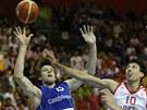 Český basketbalista Jan Veselý bojuje o míč s Chorvatem Roko Ukičem.