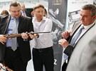 V České zbrojovce Uherský Brod si vyzkoušel zbraně také šéf hradního protokolu Jindřich Forejt. Na snímku vpravo je prezidentův kancléř Vratislav Mynář.