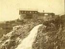Jeden z nejstarších dochovaných snímků Labské boudy s Labským vodopádem. Píše se rok 1884.