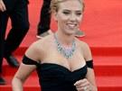 Scarlett Johanssonová v Benátkách ukázala prsten, který je podle amerických médií zásnubní (3. září 2013).