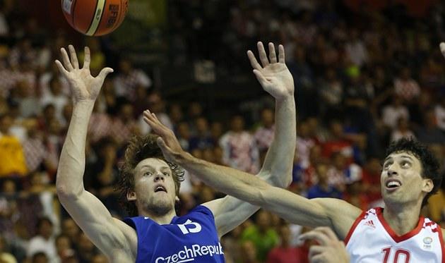 �eský basketbalista Jan Veselý bojuje o mí� s Chorvatem Roko Uki�em.