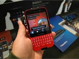 V případě BlackBerry Q5 čekáme na testovací vzorek, recenzi bychom mohli mít brzy. Telefon nám nepřipadá tak laciný, jak se často píše.