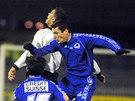 Fotbalista SK Hradec Králové Pavel Krmaš a fotbalista FC Slovan Liberec Samuel Slovák při hlavičkovém souboji. (10. listopadu 2002)