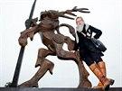 Sochařka Paulina Skavova a její Rýbrcoul, který nově zdobí kruhový objezd v Trutnově.