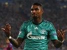NO TAK, FANDĚTE! Kevin-Prince Boateng hecuje fanoušky Schalke.
