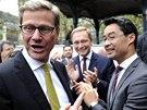 Německý ministr zahraničí Guido Westerwelle (v brýlích vlevo) žertuje s ministrem financí Philippem Roeslerem (v brýlích vpravo) v závěru předvolební kampaně Svobodných demokratů (FDP) v Düsseldorfu
