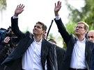 Německý ministr zahraničí Guido Westerwelle (vpravo) spolu se svým partnerem Michaelem Mronzem zdraví příznivce po hlasování v Berlíně.