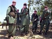 Členové somálských milicí Šabáb na archivním snímku z roku 2008.