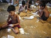 Mezi deset zem� s nejv�t��m po�tem otrok� pat�� i Banglad�. Na obr�zku d�ti ru�n� pln� pap�rky m�stn� p�stovan�m tab�kem v mal� cigaretov� tov�rn� v oblasti Haragach.