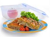Cuketov� �ezy - 8 porc�. Na p��pravu pot�ebujeme 12 pl�tk� celozrnn�ho chleba bez k�rek, olej na vymaz�n�, 1 l��ce olivov�ho olje na restov�n�, 1 nakr�jen� �erven� cibule, 2 strou�ky �esneku, 3 pl�tky kr�t� �unky, 2 nastrouhan� cukety, s�l, pep�, 90 g strouhan�ho �edaru (30%), 6 vajec, 250 ml ml�ka. Troubu p�edeh�ejte na 180�C. Chleby bez k�rky vylo�te do lehce olejem pot�en� zap�kac� m�sy o rozm�rech 20x30 cm. Olej rozpalte ve velk� p�nvi s nep�ilnav�m dnem a osmahn�te na n�m cibuli, po chv�li i �esnek a �unku. Pak p�isypte strouhan� cukety, op�kejte 5 minut a pak v�e osolte a opep�ete. Sm�s navrstv�te na chlebov� z�klad, posypte s�rem a zalijte vejci rozm�chan�mi v ml�ce. Pe�te 30 minut. Pod�vejte vychladl� a nakr�jen� na �tverce. Jedna porce m� energetickou hodnotu asi 1300 kJ.