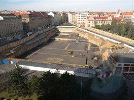 Palác Stromovka. Budova má být podle plánu dokončena v prvním čtvrtletí roku 2015. Zatím však na pozemku zeje jen jáma se základy. Developer totiž čeká na stavební povolení.