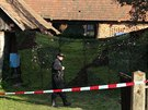 Den poté, co kriminalisté našli ve stodole stavení v Záhornicích na Nymbursku dvě mrtvoly, zakryli vchod do stodoly plachtou. (2.10.2013)