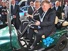 Po provozech Vítkovic jezdil Miloš Zeman s majitelem Janem Světlíkem golfovým vozítkem napájeným stlačeným plynem. (1. října 2013)