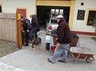 Policisté prohledávají okolí pošty ve Skřipově na Opavsku, kde někdo zavraždil místní pošťačku. (1. října 2013)