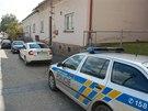 Policejn� auta p�ed budou po�ty a obecn�ho ��adu ve Sk�ipov� na Opavsku, kde na�li zavra�d�nou po��a�ku. (1. ��jna 2013)