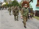 Policistům při prohledávání Skřipova na Opavsku, kde našli zavražděnou pošťačku, pomáhají i vojáci. (1. října 2013)
