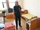 Lid� v ubytovn�ch plat� za bydlen� v jedn� m�stnosti vysok� sumy. Plat� st�t, tedy da�ov� poplatn�ci. (1. ��jna 2013)