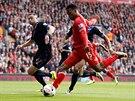 POZOR, PÁLÍ STURRIDGE. V 17. minutě zvyšoval Daniel Sturridge z Liverpoolu (uprostřed) v utkání proti Crystal Palace už na 2:0. Do konce poločasu zvýšil z penalty na 3:0 Steven Gerrard.