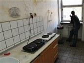 Jeden z n�jemn�k� ubytovny P�edvoj v Karvin� kou�� u okna ve spole�n� kuchy�ce. (1. ��jna 2013). Ilustra�n� foto.