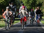 Nově otevřenou stezku z Ostrova do Jáchymova si v úterý vyzkoušeli první cyklisté.