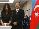 Ázerbájdžánský prezident Ilham Alijev se svojí ženou ve volební místnosti v Baku (9. října 2013)